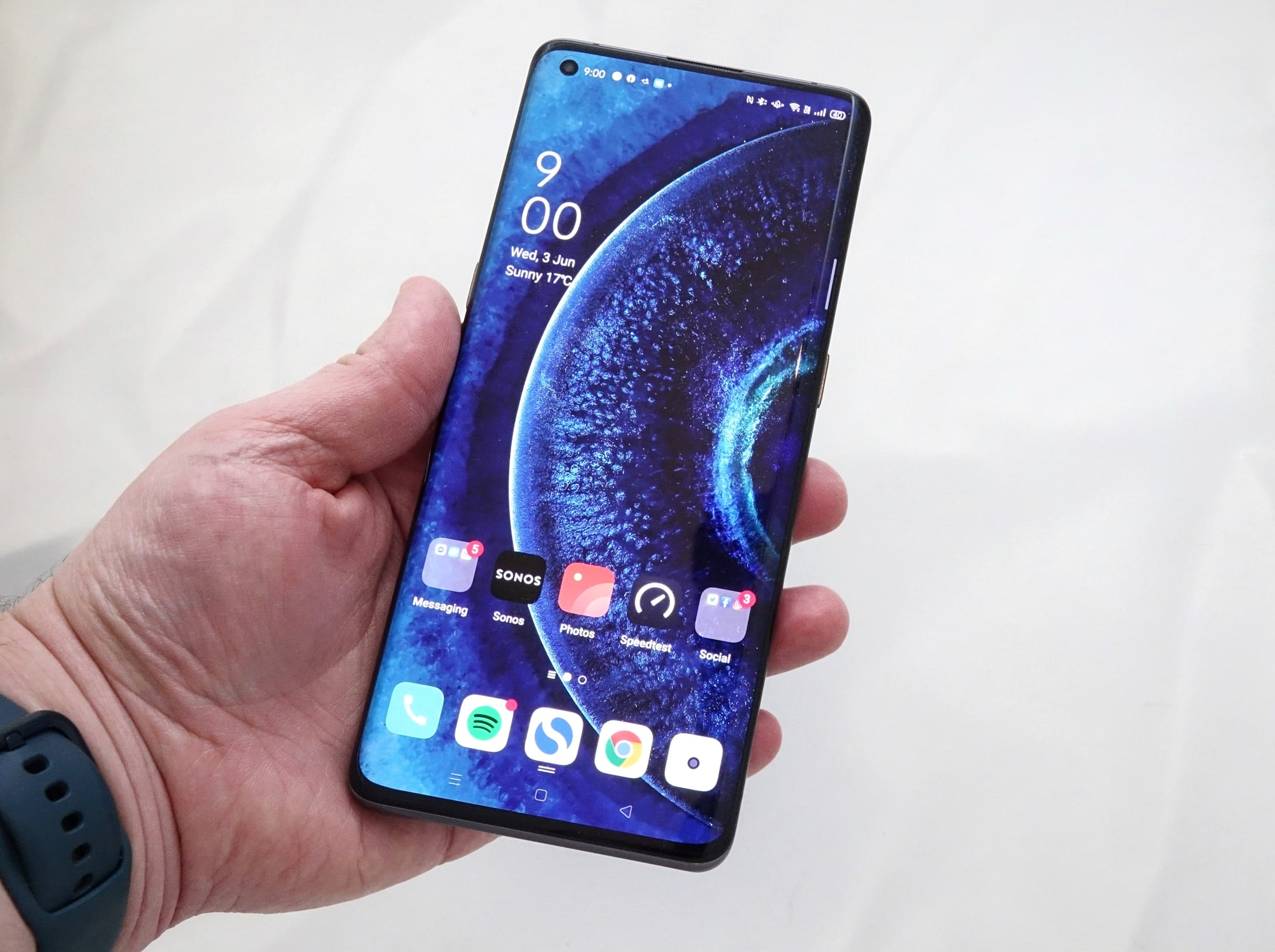 Holding the Oppo Find X2 Pro