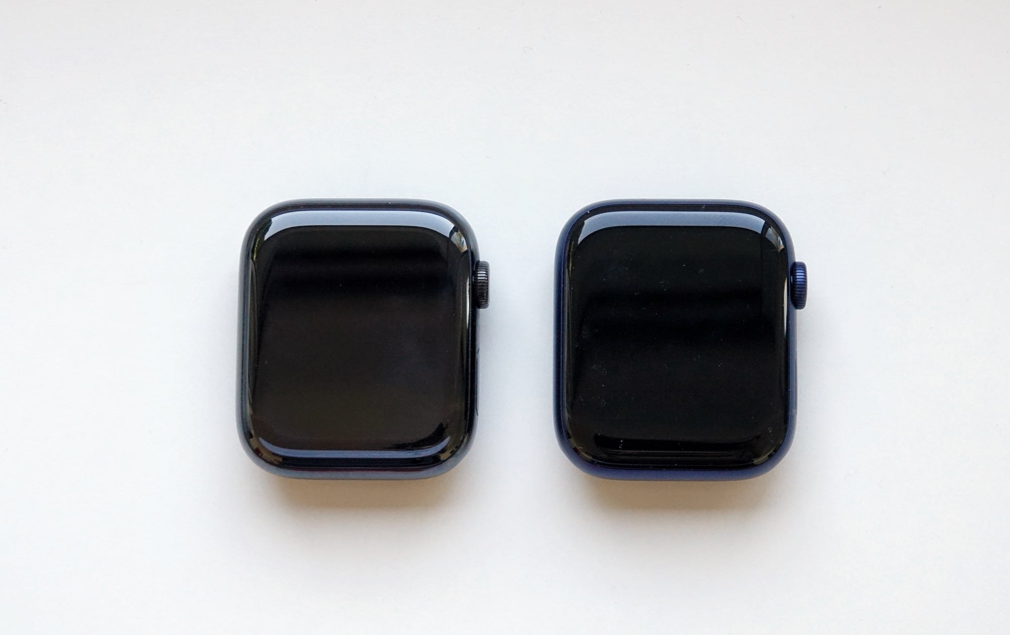 The front of the Apple Watch models: Series 5 (left) and Series 6 (right)