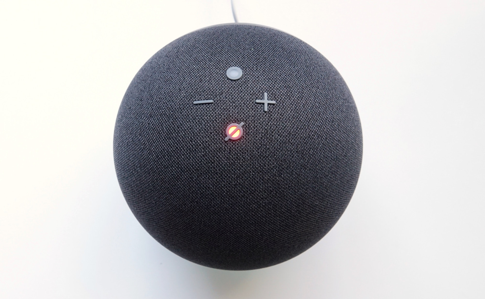 Switching off the mic on the Echo 4 gives you a red light both at the top and bottom, just to make itself clear.